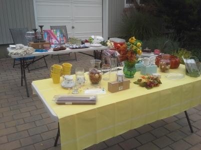 Osa tavaroista pöydällä
